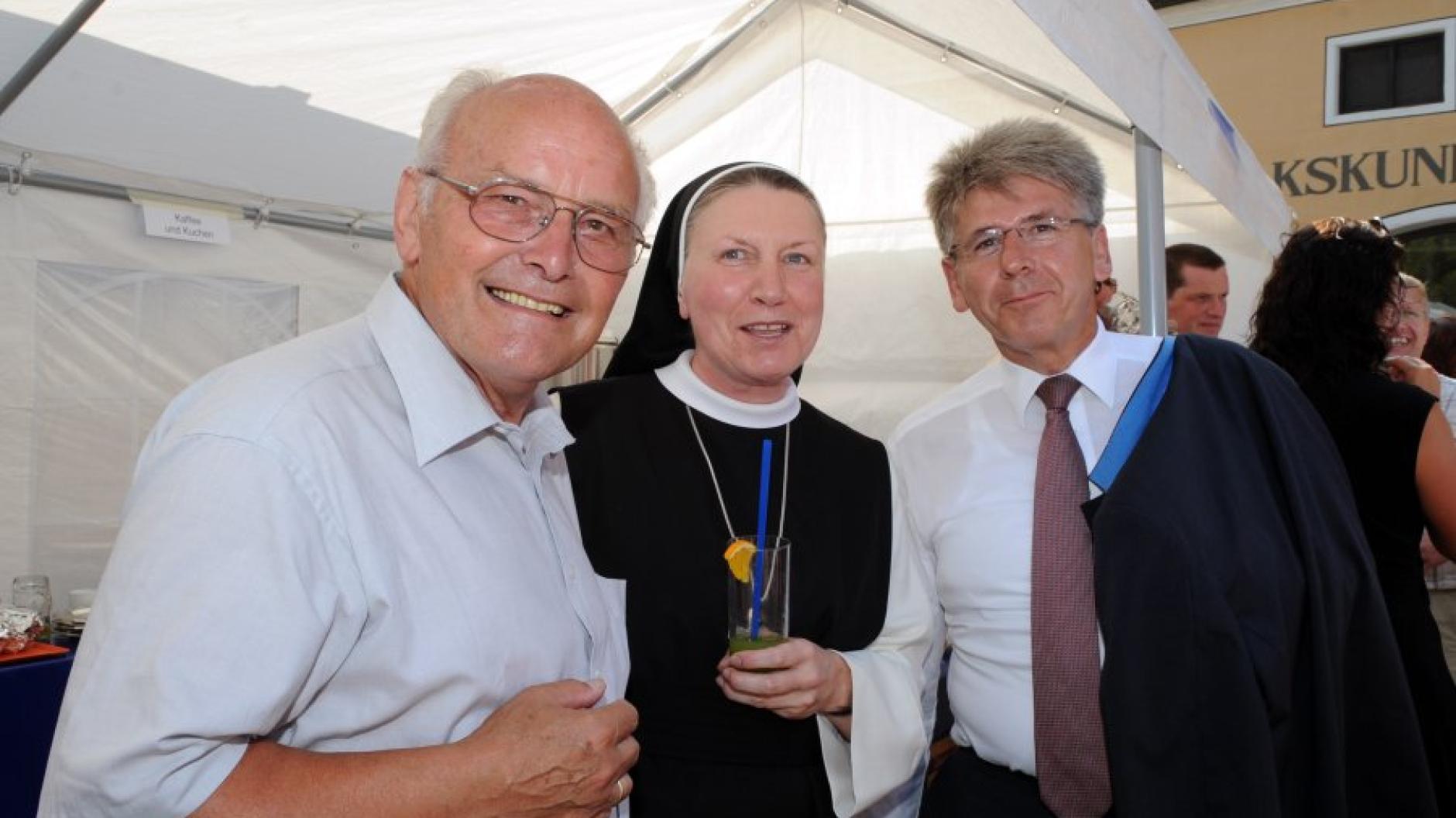 Rudolf Oberlander (links) in Aktion: Hier beim Landkreisfest im Jahr 2010 mit Äbtissin Gertrud Pesch und Kreissparkassen-Vorstand Richard Fank.